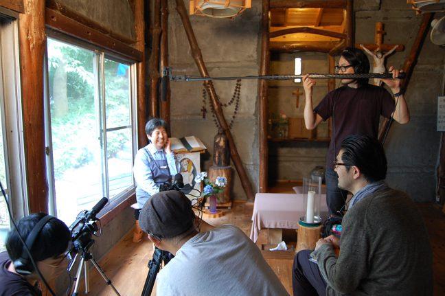あかつきの村でインタビュー映像を撮影するPort B、2016年