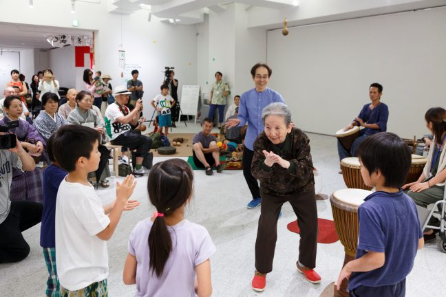 えいめい」の利用者の方を招いて行った、アーツ前橋でのライブ「Rhythm 打!えいめい」(2016年7月24日) Photo: KIGURE Shinya