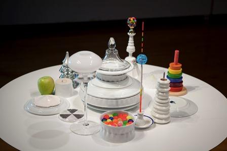 《Savage structures / 野生のストラクチャ》2013年 鋳込み磁器、既製のセラミック、ガラス、プラスティック、ゴム、金属、木製品、種子、果実 15点組